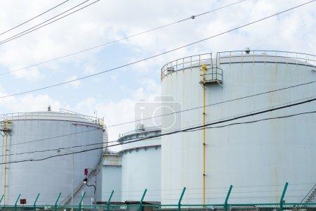 Photo pour Réservoirs d'huile dans une grande usine industrielle au Japon - image libre de droit