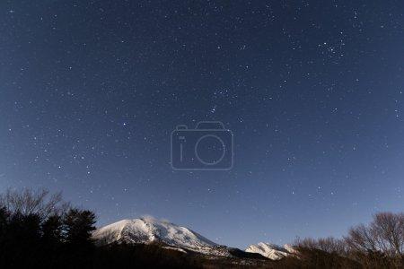 Photo pour Montagne enneigée dans la nuit au Japon - image libre de droit