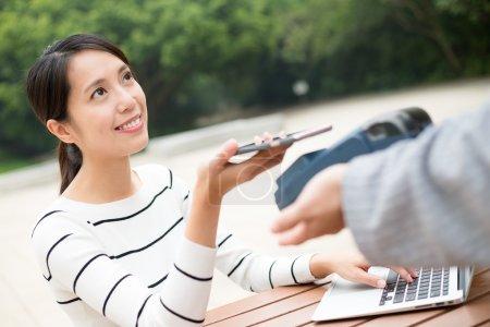 Photo pour Femme à l'aide de téléphone portable pour payer la facture avec la technologie Nfc - image libre de droit