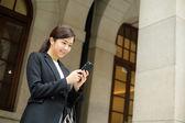 Podnikatelka pomocí smartphonu