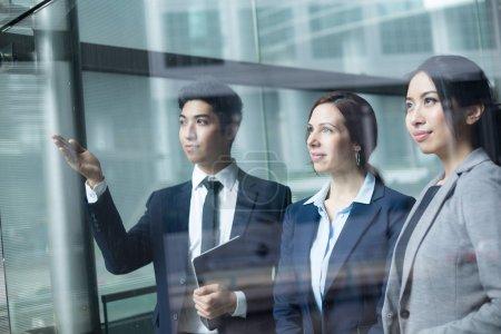 Photo pour Groupe de gens d'affaires multiethniques debout dans le bureau - image libre de droit