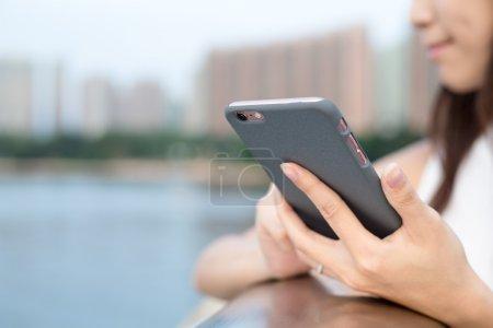 Photo pour Gros plan de femme à l'aide d'un téléphone intelligent - image libre de droit