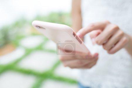 Photo pour Gros plan de femme surfant sur Internet sur téléphone intelligent - image libre de droit