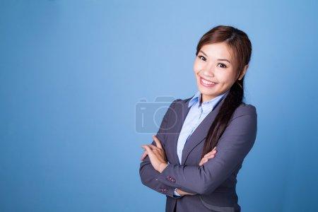 Photo pour Jeune femme asiatique en affaires conviennent avec les bras croisés - image libre de droit