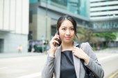 Mladá asijská podnikatelka v obleku