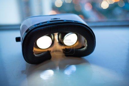 Photo pour Dispositif de réalité virtuelle avec la lumière jusqu'à l'intérieur de nuit - image libre de droit
