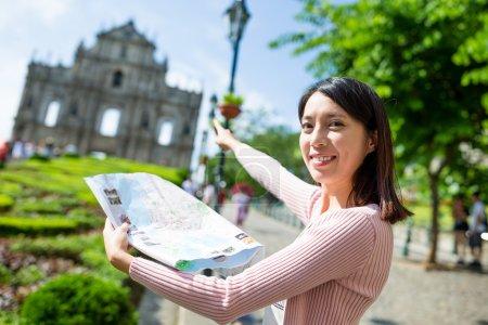 Photo pour Asiatique jeune femme en utilisant la carte de la ville à Macao - image libre de droit