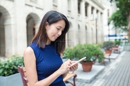 femme à l'aide de téléphone portable à l'extérieur
