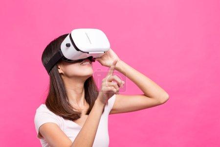 Photo pour Expérience de femme asiatique grâce à un appareil de réalité virtuelle - image libre de droit