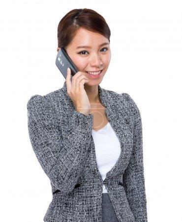 Photo pour Asiatique jeune femme d'affaires parler sur téléphone portable - image libre de droit