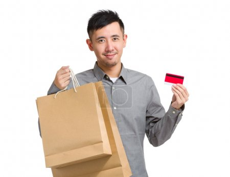 Homme avec sacs et carte de crédit