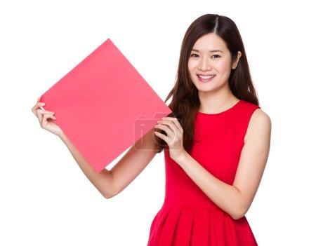 Photo pour Asiatique femme en robe rouge avec carré de blanc fai chun - image libre de droit