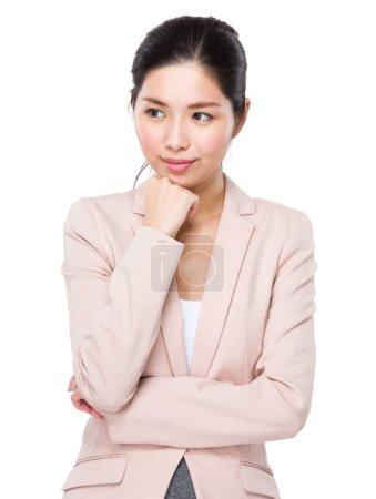 Photo pour Asiatique femme d'affaires en costume d'affaires penser à l'idée - image libre de droit