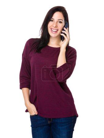 Photo pour Femme blanche en pull rouge parler sur téléphone mobile - image libre de droit