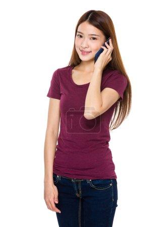 Photo pour Asiatique femme en rouge t-shirt parler sur téléphone mobile - image libre de droit