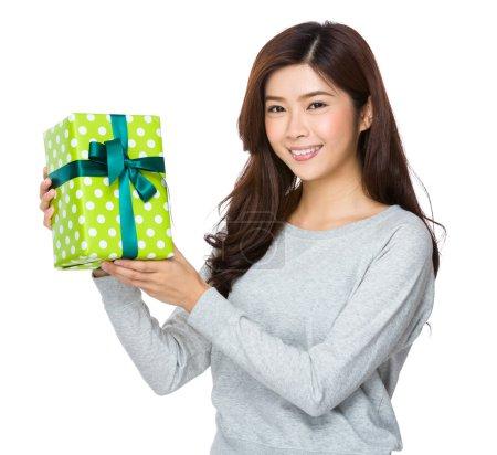 Photo pour Asiatique jeune femme avec giftbox - image libre de droit