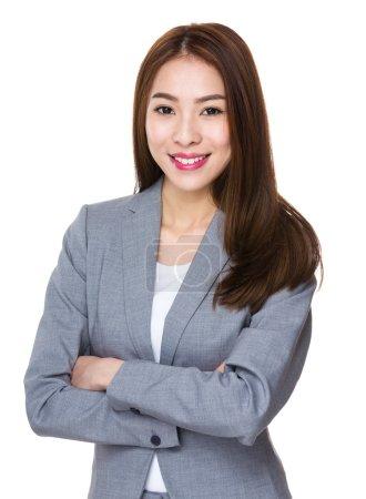Photo pour Asiatique femme d'affaires en affaires conviennent avec les bras croisés - image libre de droit
