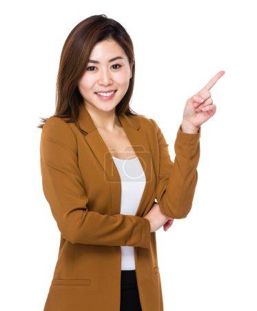 asiatische junge Geschäftsfrau in brauner Jacke