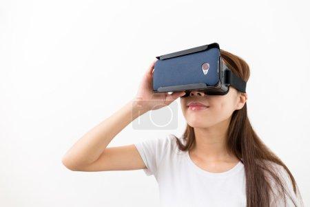 Photo pour Asiatique jeune femme à l'aide de la réalité virtuelle casque - image libre de droit