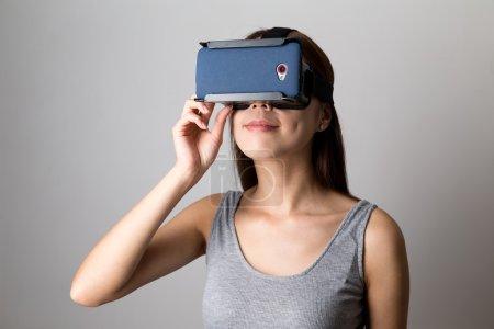 Photo pour Asiatique jeune femme à l'aide de l'équipement de réalité virtuelle - image libre de droit
