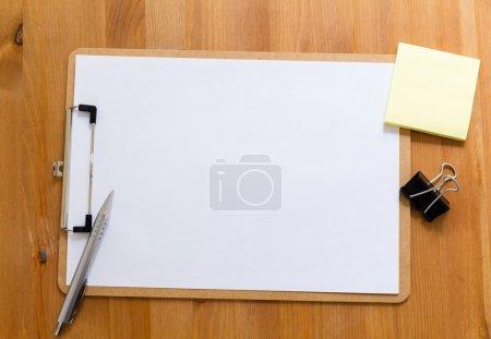 Foto de Escritorio de oficina con portapapeles que muestra un papel en blanco para publicidad - Imagen libre de derechos