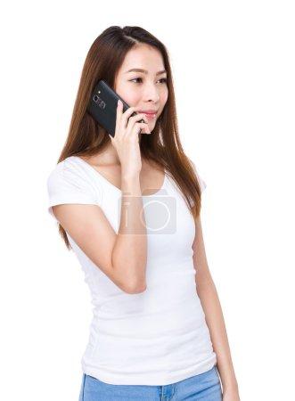 Photo pour Jeune femme asiatique en t-shirt blanc parler au téléphone portable - image libre de droit