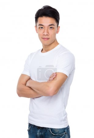Photo pour Asiatique jeune homme en t-shirt blanc avec les bras croisés - image libre de droit