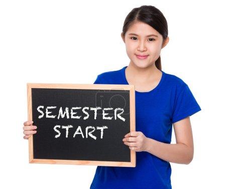 Photo pour Femme asiatique en t-shirt bleu avec tableau montrant le début du semestre expression - image libre de droit