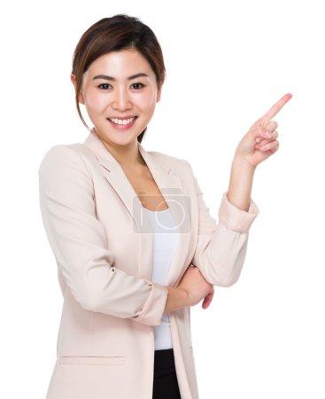 Photo pour Jeune femme d'affaires asiatique en costume d'affaires wi doigt pointe vers le haut - image libre de droit