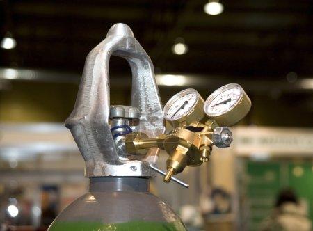 Photo pour Soudure équipement acétylène gaz cylindre réservoir avec jauge de manomètres de régulateurs - image libre de droit