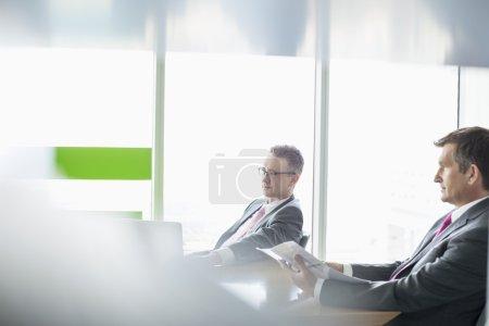 Foto de Empresarios que trabajan en la oficina - Imagen libre de derechos