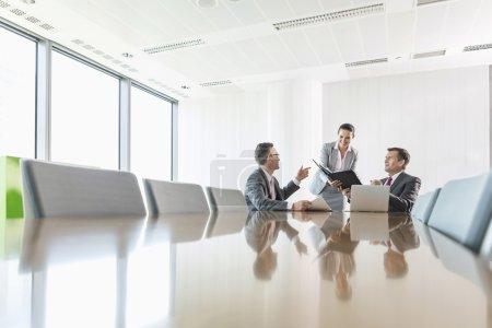 Photo pour Groupe de gens d'affaires en discussion dans la salle de conférence - image libre de droit