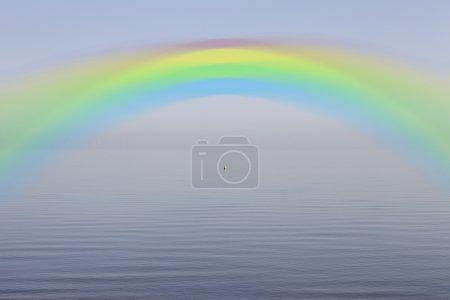 Photo pour Arc-en-ciel sur le lac calme - image libre de droit