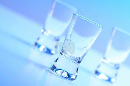 Photo pour Plan studio de trois verres à vodka - image libre de droit
