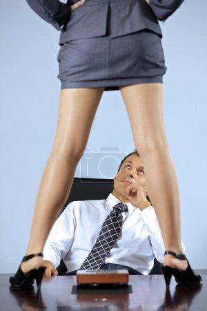 Photo pour Femme debout sur la table en face de l'homme d'affaires au bureau d'affaires - image libre de droit