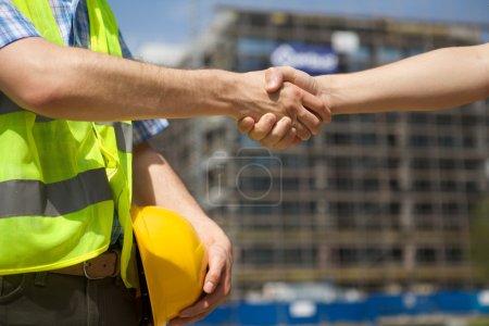 Photo pour Architectes se serrant la main au chantier de Construction - image libre de droit
