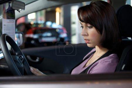 femme assise dans le siège du conducteur