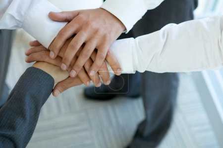 Photo pour Groupe de gens d'affaires connexion mains - image libre de droit
