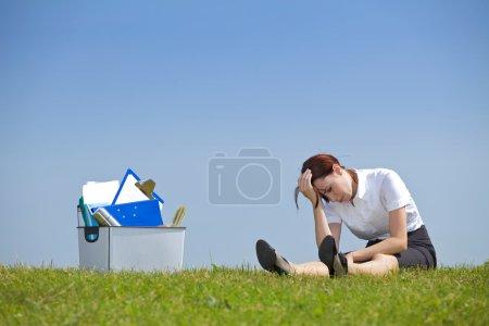 femme d'affaires assis à côté du panier