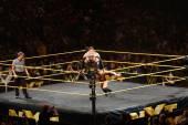 NXT mužské zápasník Finn Balor dřepy na lana k ringu jako Adri