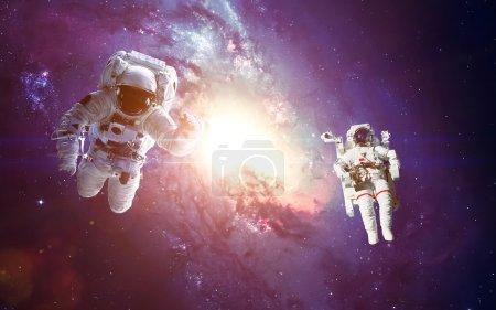 Photo pour Astronaute dans l'espace. Sortie dans l'espace. Éléments de cette image fournie par la Nasa - image libre de droit