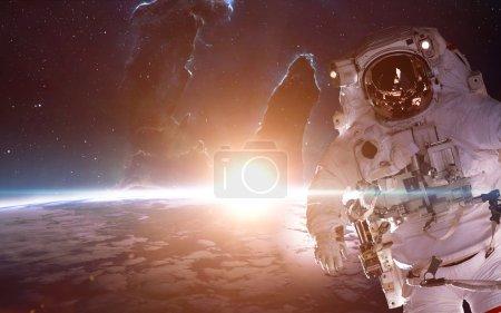 Photo pour Astronaute dans l'espace sur la planète terre. Éléments de cette image fournie par la Nasa - image libre de droit