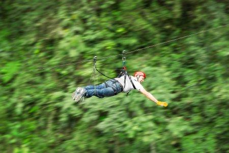 Photo pour Zip Line Motion Image floue Andes équatoriennes - image libre de droit