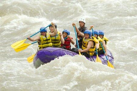 Photo pour Groupe D'hommes Et De Femmes Touristiques Mixtes Avec Guidé Par Pilote Professionnel Sur Le Rafting De Rivière Whitewater En Equateur - image libre de droit