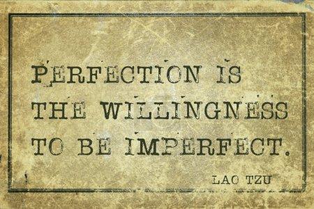 """Photo pour La perfection, c'est la volonté d """"être imparfait - citation de l'ancien philosophe chinois Lao Tzu imprimée sur du gros caroube vintage - image libre de droit"""