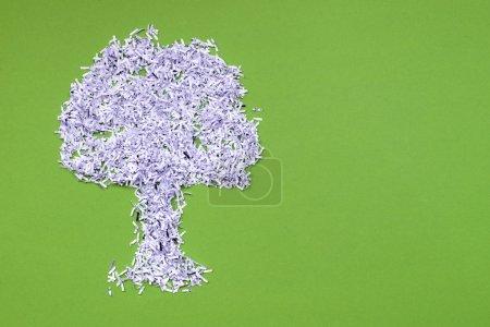 Photo pour Écologie recycler concept avec grand arbre en papier blanc déchiqueté sur vert - image libre de droit