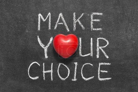 Photo pour Faire votre phrase de choix manuscrite sur tableau noir avec le symbole du coeur au lieu de O - image libre de droit