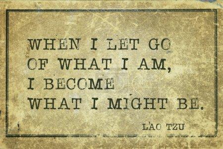 Photo pour Quand je lâche ce que je suis - citation de l'ancien philosophe chinois Lao Tzu imprimée sur du carton vintage grunge - image libre de droit