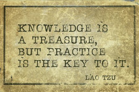 Photo pour La connaissance est un trésor, mais la pratique en est la clé - citation de l'ancien philosophe chinois Lao Tzu imprimée sur du carton vintage grunge - image libre de droit