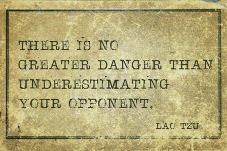 Photo pour Il n'y a pas de plus grand danger que de sous-estimer - citation de l'ancien philosophe chinois Lao Tzu imprimée sur du carton vintage grunge - image libre de droit